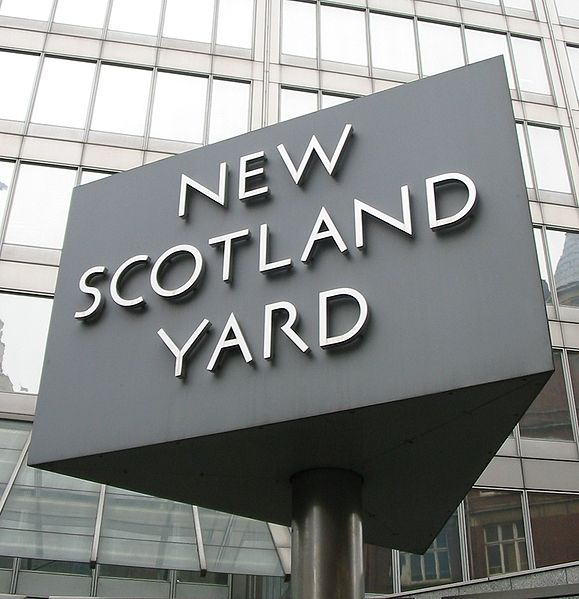 579px-New_Scotland_Yard_sign_3